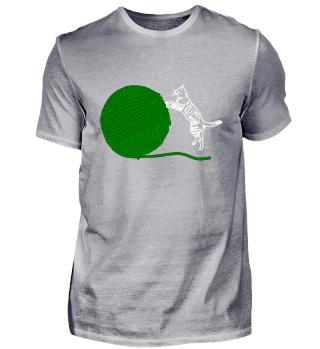 Katze mit riesen Wollknäuel grün
