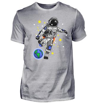 Astronaut spielt Fußball im Weltraum