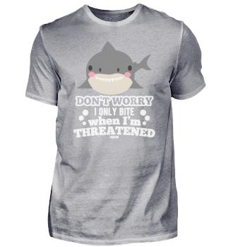 starker Hai schwimmt im Meer