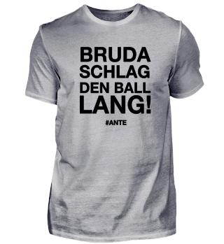 Bruda, schlag den Ball lang!