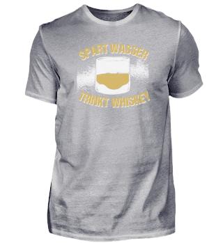 Spart Wasser trinkt Whiskey Alkohol